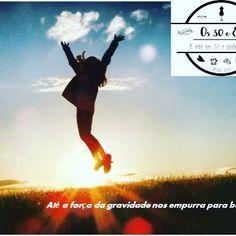 """O que eu aprendo no Yoga  Num destes dias ela disse uma coisa que não me sai da cabeça: """"temos de nos puxar para cima, constantemente, todos os dias, ir abaixo é fácil. Se virmos, até a força da gravidade nos empurra para baixo"""". E não é que é verdade !  NOVO POST NO BLOG (LINK NA BIO)  #inspiração #inspiration #instadaily #pensamentos #bloggerlife #blogger #yoga #novo #post #linknabio #frases #motivação #instaquote #instalike #aprendiendo #aprendizado #aprender #gravidade #poder"""
