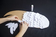 Wings are a main component of a bird costume, and an easy element to make. The most important parts of a bird wing are the shape and texture. A feathery element attached to the right shape creates a very authentic look. Bird Costume Kids, Bird Wings Costume, Diy Angel Wings, Diy Wings, How To Make Wings, Eagle Costume, Diy For Kids, Crafts For Kids, Swan Wings