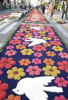 Flores da Cunha, no Rio Grande do Sul, Brasil, as ruas ficam mais coloridas com os tapetes de Corpus Christi confeccionados com serragem, folhas de árvores e tampas de garrafas