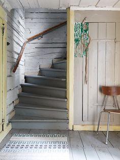 Torpdröm i gråblått och milda pasteller Cottage Stairs, Farmhouse Stairs, Rustic Staircase, Industrial House, Vintage Industrial, Industrial Style, Swedish House, Cozy Cottage, World Of Interiors