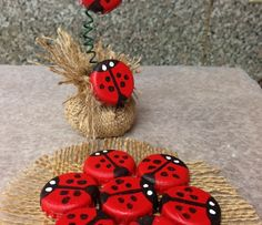 Lady bugs from bottle caps for Oma http://snapguide.com/guides/make-lady-bugs-out-of-bottle-caps/