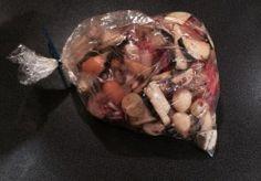 Groente, kip, aardappels en kruiden in de braadzak