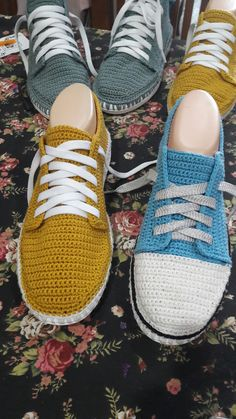 Crochet tennis shoes using soles from dollar tree flip flops Crochet Boots, Love Crochet, Crochet Clothes, Knit Crochet, Crochet Stitches, Crochet Patterns, Crochet Flip Flops, Crochet Leg Warmers, Knitted Slippers