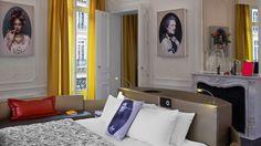 Cama con sofa tapizados en la Suite del Hotel W Opera Paris. #Tapiceria