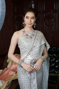 ♻wow♻♻✔Thanks ✔ waroonsiri Thai Traditional Dress, Traditional Wedding Dresses, Traditional Outfits, Thai Fashion, Oriental Fashion, Fashion Beauty, Oriental Style, Thailand National Costume, Laos Wedding