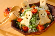 Bringing the spirit of Halloween season may not be achieved only through scary decorations. You can show it in your Halloween food in simp. Halloween Snacks, Recetas Halloween, Halloween Dinner, Spooky Halloween, Halloween Images, Halloween Stuff, Happy Halloween, Cute Food, Good Food