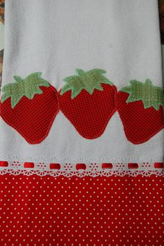 Pano de prato com aplique de patchcolagem, barra de tecido algodão. Applique Towels, Machine Embroidery Applique, Diy Embroidery, Applique Quilts, Embroidery Designs, Patch Quilt, Tropical Bedroom Decor, Sewing Crafts, Sewing Projects