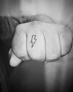 Tatuaje de un rayo situado en el dedo corazón de... - Tatuajes Pequeños para Mujeres y Hombres