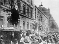 Karl Leibnecht bei einer Rede in Berlin. Im Januar 1919 wurde er mit Rosa Luxemburg von Freikorpsleuten ermordet.