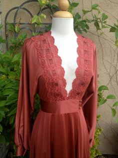 A vintage 1960s 1970s copper rust lace Hollywood regal sexy peignoir set slip and robe sleep lounge wear size XS S