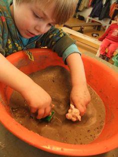 Spelen in de modder - nog leuker met een nog groter pot waar meerdere kleuters samen in kunnen spelen