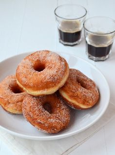 Donuts basisrecept + 3 variaties (Laura's Bakery) Dutch Recipes, Sweet Recipes, Baking Recipes, Happy Kitchen, Biscuits, Baked Donuts, Cupcake Cookies, Cupcakes, Air Fryer Recipes