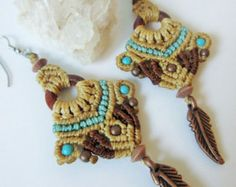 Beige Brown and Blue Turquoise Macrame Earrings with copper, howlite turquoise and wood beads / Handmade Creation - Kralen Life Macrame Thread, Macrame Knots, Macrame Jewelry, Fabric Jewelry, Stone Jewelry, Macrame Dress, Anklet Designs, Card Weaving, Micro Macramé