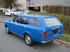 """Mazda 818 stationcar. Mijn ouders hadden er zo één (1975!). De auto was een rare combinatie van een 75 pk sterke 1600 cc motor met perfecte versnellingsbak én een kogelkringloopbesturing (!), starre achter-as met bladveren, achterwielaandrijving en Japanse """"schokdempers"""". Prima wagen!"""
