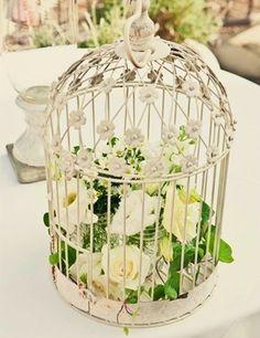 Estas serán las jaulas para decorar la iglesia irán en los ganchos de herrería pondré cilindros de cristal con velas largas rodeadas de flores en morado lila y verde tierno y blanco con hiedra colgando será hermoso!! Obvio subiré foto de el hermoso resultado!