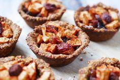 Deze mini gezonde appeltaart met havermout staat binnen 15 minuten in de oven én bevat slechts 6 ingrediënten. Super makkelijk, gezond en lekker!