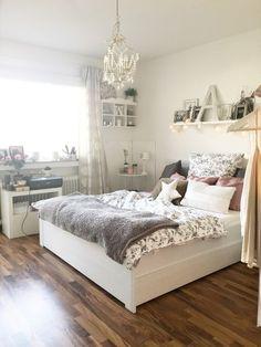 Gemütliches Zimmer mit großem Doppelbett und kuschliger Tagesdecke. Wohnung in Düsseldorf.