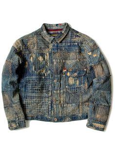 BORO 東北地方の過酷な冬の寒さから身を守る為に生れた襤褸(BORO)。様々に使い回した藍色の木綿布を寄せ集め、何枚も継ぎはぎ、刺し子し何層にも重なり合う布。物を大切にするという基本的な意識と、土着に継承される巧妙な刺し子技術は機能性と芸術性を今に残す日本文化として進化していきました。近年ではKABUKI・TATAMI・SUMO等、その美しさから世界中の藍・愛好家から注目され世界のBOROと呼ばれるようになりました。 岡山県児島という地場で独自の縫製工場・染色工場を兼ね備えた、KAPITALオリジナルのBORO加工技術。ジーンズのダメージから変化し進化していった30年以上にわたる加工のノウハウ、、、今、その技術がKAPITALの職人達の手により究極の青(Masterpiece blue)を創り出しています。