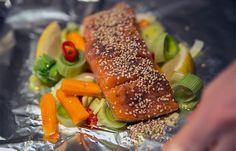 Få den nemme og sunde opskrift på ovnbagt laks med sesam og grøntsager. Du kan lave den på 30 minutter og bruge resterne fra kølesbabet. Værsgo!