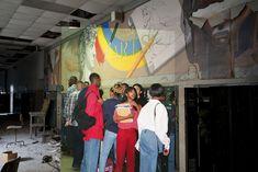 http://www.boumbang.com/urbex-detroit/ Detroit Urbex, La fresque murale de la section Art du 3ème étage, cliché de 1988 ©