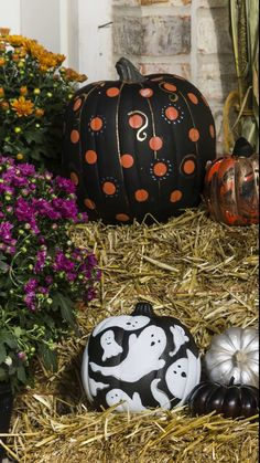 These easy no carve pumpkins are a perfect halloween decoration idea. These no c… - Garten Design Ideen Halloween Yard Decorations, Halloween Porch, Outdoor Halloween, Halloween Pumpkins, Fall Halloween, Halloween Crafts, Halloween Costumes, No Carve Pumpkin Decorating, Easy Pumpkin Carving