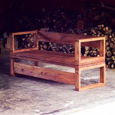 DIY - Sofá/cama de madeira ❤❤❤  Tá precisando de um uma cama ou assento extra por aí? Que tal aprender a fazer esse sofá? Veja o passo a passo completo lá no canal!!