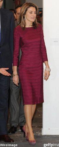 Doña Letizia, Princesa de Asturias, estrenó un vestido morado entallado con jaretas de Felioe Varela -que posteriormente ha lucido en muchas ocasiones. En esa ocasión lució el brazalete Filigrana y zapatos de plataforma color frambuesa. ARCO 2009