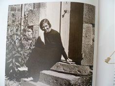 Lina BARETTI. Extraordinaire créatrice de bijoux, qui a travaillé pour Balenciaga, Schiaparelli, les Windsor ou Leonor Fini, parmi tant d'autres, Lina Baretti, disparue en 1994, ne s'adressa qu'à un cercle de happy few, ce qui contribua à son total effacement de la mémoire de la mode. Les formes naturelles de son enfance en Corse – coquillages, élytres de scarabées, ancolies, pommes de pin, écailles de poissons – soutiennent son inspiration tout au long de son trajet, jusqu'en 1970.