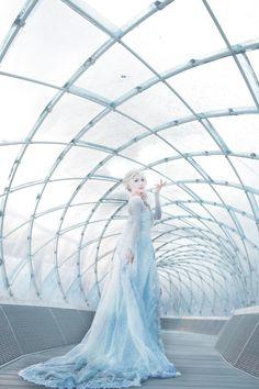 Disney cosplay~ Elsa from Frozen Frozen Cosplay, Elsa Cosplay, Frozen Costume, Disney Cosplay, Disney Costumes, Cosplay Costumes, Cosplay Ideas, Costume Ideas, Halloween Costumes