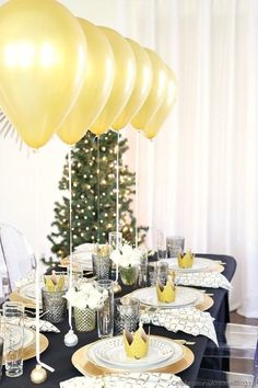 A dinner party table setting with balloons will wow your guests with an unexpected focal point, perfect for Christmas or New Years Eve parties. Dinner Party Decorations, Dinner Party Table, Graduation Decorations, New Years Decorations, Decoration Table, Graduation Ideas, New Years Eve Dinner, New Years Eve Party, Décoration Table Nouvel An