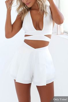 Plunge cortado Top Curto & Shorts Co-ord White Outfits, Dress Outfits, Summer Outfits, Crop Top Und Shorts, Crop Tops, Girl Fashion, Fashion Outfits, Womens Fashion, Fashion Trends