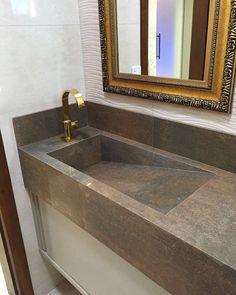 E para os lavatórios, o escritório Tatiana Mussi Arquitetura, escolheu bancadas e cubas em Porcelanato Rusty Lap da Portinari, com efeito aço corten. Lindo! Amamos!!! Bancada tipo tanquinho em porcelanato.