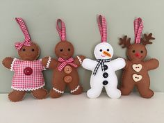 Weihnachten Gingerbread family, reindeer, snowman, Mr and Mrs Gingerbread man by AtPollysPatch on Et Gingerbread Man Decorations, Gingerbread Man Crafts, Felt Christmas Decorations, Felt Christmas Ornaments, Christmas Gingerbread, Gingerbread Ornaments, Christmas Tables, Christmas Projects, Felt Crafts