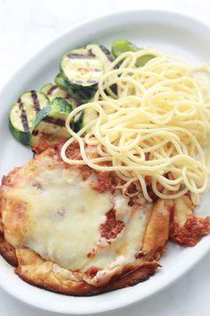 Escalopes de poulet panées avec un mélange de parmesan et de chapelure. Elles sont frites puis passées au four avec de la sauce tomate et du fromage.