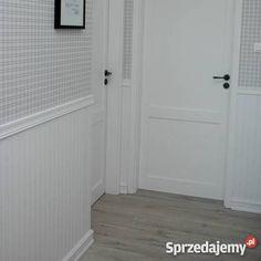 Obowiązkowy wystrój każdego stylowego domu  Oferujemy Państwu panel wykonany z wodoodpornej sklejki drewnianej  w imitacji desek typu boazeria  Tego tupy boazeria wygląda jak tradycyjna ale w przeciwieństwie do niej jest prosta i szybka w montażu oraz znacznie cieńsza co oszczędza nam miejsce  Panel jest prosty w montażu - klej montażowy  Może być stosowany w każdym pomieszczeniu ,nawet w łazience  Wygląda bardzo efektownie     Panel malowany farbą matową na kolor biały ( na życzenie…