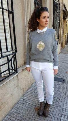 Outfit de Si chiama Paolina. Pantalón  $360+ Camisa  $470+Sweater con apliques de encaje dorado  $550