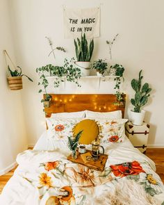 Affordable Bedroom Decoration Ideas With Best Plant To Try Asap 19 Uni Bedroom, Fall Bedroom Decor, Bedroom Green, Home Decor, Bedroom Inspo, Bedroom Ideas, Dorm Room Styles, Cute Room Decor, Aesthetic Room Decor