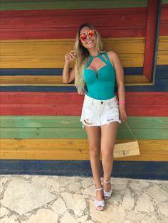 Summer style Punta cana Outfit. Body verde com saia short jeans desfiado. Rasteirinha e bolsa de palha. Óculos escuro Versát Gold.