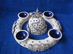 adventní+věnec+vesnička+do+modra+Tento+větší+glazovaný+keramický+adventní+věnec+má+průměr+26+cm.Cena+je+bez+svítícího+kopečku+s+kostelíkem+uprostřed,+ten+nabízím+v+jiné+položce. Pottery Houses, Pottery Art, Pottery Ideas, Lantern Candle Holders, Ceramic Art, Hobbit, Christmas Crafts, Clay, Accessories