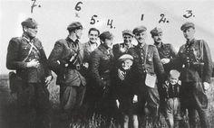 """Drugi od lewej: Stanisław Łukasik """"Ryś"""", czwarty: Aleksander Sochalski """"Duch""""; szósty: mjr Hieronim Dekutowski """"Zapora"""", siódmy: Jerzy Karcz """"Bohun"""", ósmy: Zbigniew Sochacki """"Zbyszek""""."""