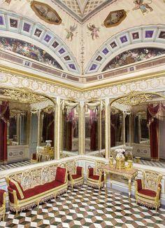 En el Real Sitio y Villa de Aranjuez, a muy pocos kilómetros de Madrid, a la orilla del Tajo, se levanta este precioso palacio, una de las r... Classic Interior, Luxury Interior Design, Interior Architecture, Interior Decorating, Queen And Prince Phillip, Bourbon, Baroque Design, Royal Residence, Ceiling Design