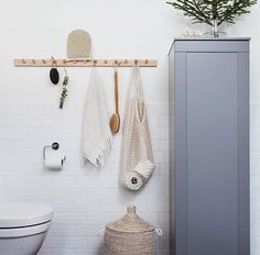 Mera badrum, här från vårt stora i källaren. Har klurat på hur jag skulle piffa till det lite, så blev så glad att Granits trälist passade perfekt där. Skåpet är den enda förvaringen i badrummet, från Svedbergs (serien Stil). Klicka på bilden för fler detaljer.