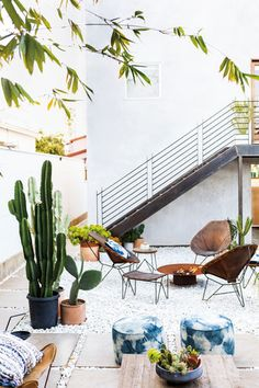 Love this modern boho outdoor patio space with cactus! Outdoor Spaces, Outdoor Living, Outdoor Decor, Outdoor Furniture, Outdoor Seating, Patio Design, Exterior Design, Home Interior, Interior And Exterior