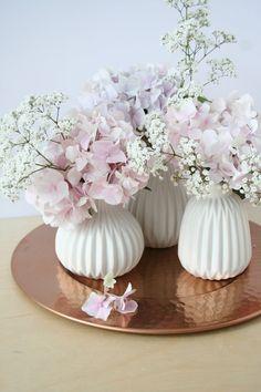 Ich habe die Vasen, die es auch bei mir auf dem Blog zu gewinnen gibt, heute mit Hortensien und kleinen weißen Blumen, deren Name ich nicht kenne, geschmückt :smile: Und sie haben mich direkt dazu inspiriert, mal wieder einen ganz altmodischen Brief zu schreiben!