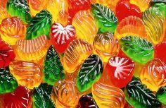 Желейные конфетки! Они так нравятся детям... да и взрослые тоже бывают не прочь вспомнить детство с этими яркими мармеладками. Но покупать в магазине такие конфеты не стоит. Как правило, они наполнены искуственными красителями, ароматизаторами и другими химическими соединениями, совершенно не полезн