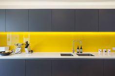 paraschizzi piastrelle giallo luminoso che si abbina bene con il colore della cucina