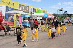 탈춤축제장_소극장에서 인형극 보고 나온 아이들(2015. 9. 30.)