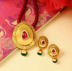 Indian Gold Jewelry Near Me Refferal: 2787930404 Antique Jewellery Designs, Gold Ring Designs, Gold Earrings Designs, Gold Jewellery Design, Gold Jewelry Simple, Jewelry Patterns, Pendant Jewelry, Bridal Jewelry, Pakistani