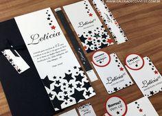 Identidade festa 15 anos formada por convite com estampa de estrelas, envelope preto, laço de fita vermelho para combinar com o toque do convite, rótulos