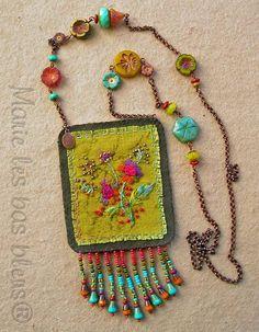 Amulette au bouquet brodé Amulette au bouquet brodé Amulet with embroidered bouquet Amulet with embroidered bouquet Fiber Art Jewelry, Textile Jewelry, Fabric Jewelry, Boho Jewelry, Jewelry Crafts, Jewelry Art, Beaded Jewelry, Jewelery, Handmade Jewelry